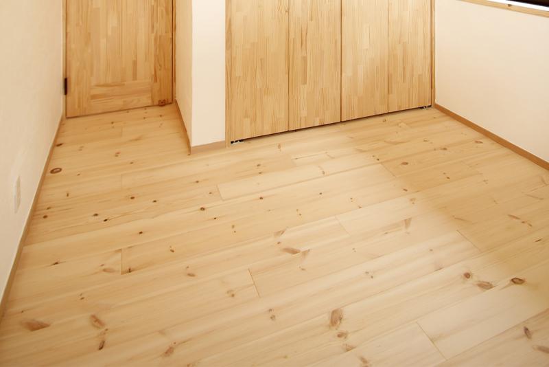 床材:無垢材フローリング